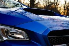 Автомобиль рассматривая ветроуловитель клобука Стоковое Изображение RF