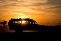 Автомобиль сафари в свете захода солнца стоковое фото rf