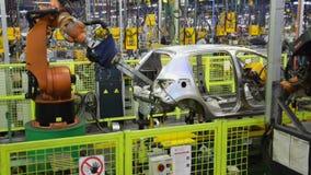 Автомобиль сварки роботов Kuka на линии транспортера сток-видео