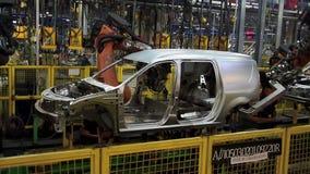 Автомобиль сварки роботов Kuka на линии транспортера акции видеоматериалы