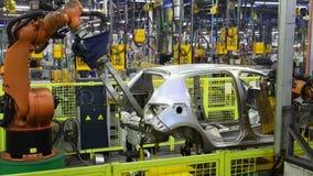 Автомобиль сварки роботов Kuka на линии транспортера Slowmotion видеоматериал