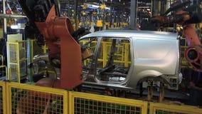 Автомобиль сварки роботов Kuka на линии транспортера Slowmotion акции видеоматериалы