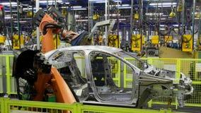 Автомобиль сварки роботов Kuka на линии транспортера Slowmotion сток-видео