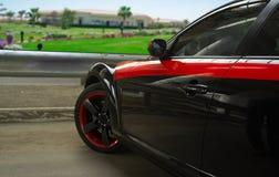 Автомобиль спорт припаркованный на дороге Стоковые Изображения