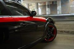 Автомобиль спорт припаркованный под мостом Стоковое Изображение RF