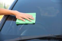 Автомобиль стекла чистки Стоковые Фото
