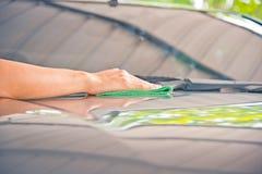 Автомобиль стекла чистки Стоковые Фотографии RF