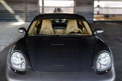 Автомобиль стоя под серым домом Стоковая Фотография RF