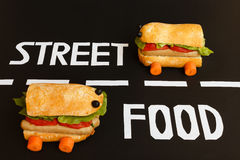 2 автомобиль сформированный сандвичами представляет работу улицы f Стоковое Изображение RF