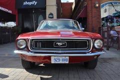 Автомобиль с откидным верхом 1965 Ford Мustang Стоковые Изображения