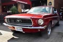 Автомобиль с откидным верхом 1965 Ford Мustang Стоковые Изображения RF