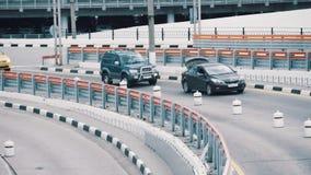 Автомобиль с открытым хоботом медленно едет на транспортной развязке города видеоматериал