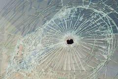 Автомобиль с пулевыми отверстиями в лобовом стекле Стоковые Изображения RF