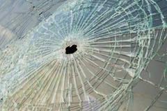 Автомобиль с пулевыми отверстиями в лобовом стекле Стоковое Изображение