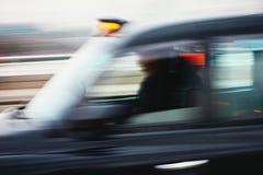 Автомобиль такси в движении стоковые изображения