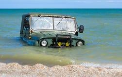 автомобиль тонет в море Стоковые Фотографии RF