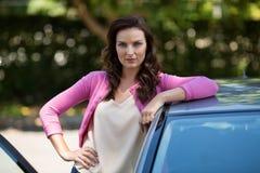 Автомобиль уверенно молодой женщины готовя Стоковые Фотографии RF