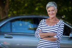 Автомобиль уверенно старшей женщины готовя Стоковое Изображение