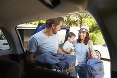 Автомобиль упаковки семьи готовый на летние каникулы стоковое изображение