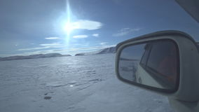 Автомобиль управляет вдоль дороги льда сток-видео