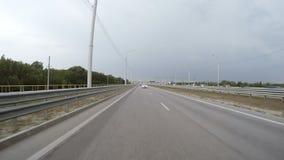 Автомобиль управляет вдоль шоссе изолированная белизна вид сзади сток-видео