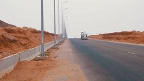Автомобиль управляет на дороге пустыни сток-видео