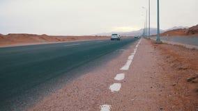 Автомобиль управляет на дороге пустыни видеоматериал