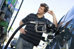 Автомобиль человека дозаправляя на бензозаправочной станчии природного газа Стоковое Изображение