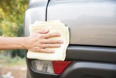 Автомобиль чистки с автомобилем ткани microfiber полируя задняя часть автомобиля Стоковая Фотография RF