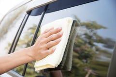 Автомобиль чистки человека с тканью microfiber Стоковая Фотография RF