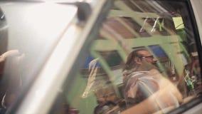 Автомобиль 2 людей внутренний управляя старый вполне велосипедов на заднем сиденье swallowtail лета травы дня бабочки солнечное a акции видеоматериалы