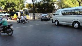 Автомобиль людей ныряя и ехать мотоцикл сток-видео