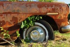 Автомобиль Abandaned в поле Стоковое Изображение
