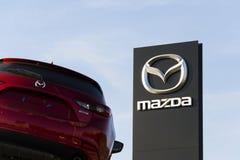 Автомобиль Mazda 3 перед дилерскими полномочиями строя 31-ого марта 2017 в Праге, чехии Стоковое Изображение RF