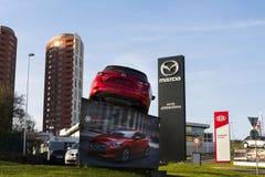 Автомобиль Mazda 3 перед дилерскими полномочиями строя 31-ого марта 2017 в Праге, чехии Стоковое Изображение