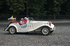 Автомобиль MG TD года сбора винограда на ретро следе автогонок Стоковая Фотография