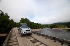 автомобиль 4x4 на деревянном мосте Стоковое Изображение RF
