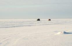 2 автомобиля перемещаются на поверхность озера, зимнее время Стоковое фото RF