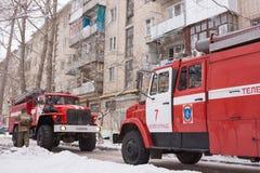 2 автомобиля пожарной службы в блоке квартир Стоковая Фотография RF