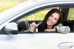 автомобиля управлять детеныши женщины Стоковая Фотография RF