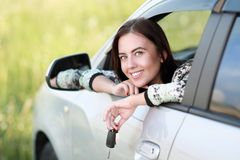 автомобиля управлять детеныши женщины Стоковые Изображения RF