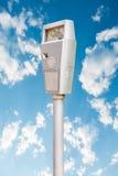 Автопарковочный счетчик на голубом небе Стоковое Изображение