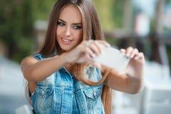 Автопортрет в внешнем кафе Стоковые Фото