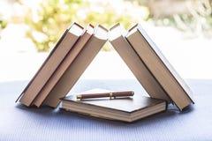 Авторучка и закрытые книги Стоковые Фотографии RF