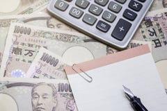 авторучка, пустая бумага и калькулятор с 10 тысяч иенами Стоковое фото RF