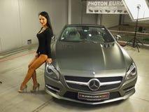 Автосалон автомобиля Мерседес-Benz девушки модельный Стоковые Изображения RF