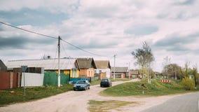 Автостоянка автомобиля на проселочной дороге на предпосылке традиционная старой Стоковое Изображение RF