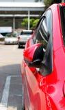 Автостоянка автомобиля с бортовым зеркалом заднего вида закрыла для безопасности Стоковое фото RF