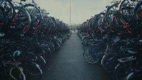 Автостоянка велосипеда города в Амстердаме, Нидерландах видеоматериал