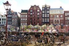 Автостоянка велосипеда и традиционные старые голландские здания Стоковые Фотографии RF